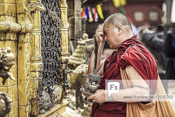 Buddhistischer Mönch  Affentempel Swayambhunath  Kathmandu  Nepal  Asien