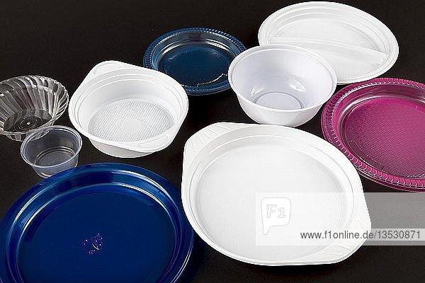 Plastikteller  Plastikgeschirr  Einweggeschirr  Plastikmüll  verschiedene Formen und Farben