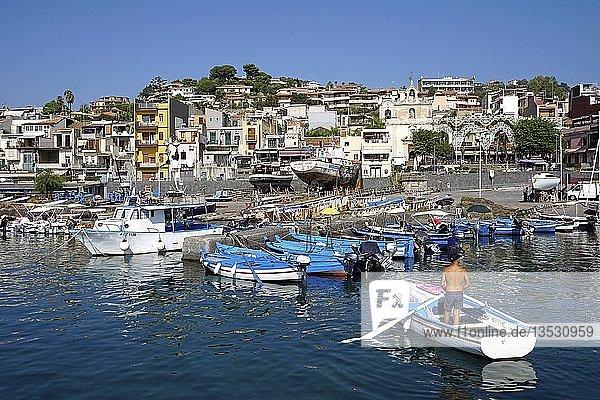 Fischer im Ruderboot im Hafen vom Fischerdorf Aci Trezza  Gemeinde Aci Castello  Catania  Sizilien  Italien  Europa