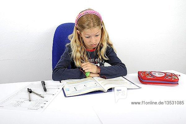 Junge Schülerin hat Probleme mit Hausaufgaben