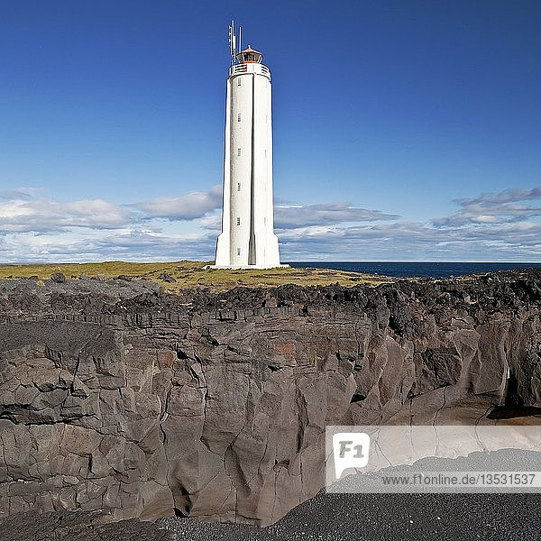 Küstenlandschaft mit dem Leuchtturm von Malarrif  Snæfellsjökull-Nationalpark  Halbinsel Snæfellsnes  Westisland  Vesturland  Island  Europa