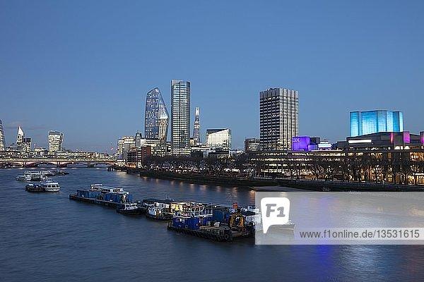 Panorama an der Themse  Skyline bei Abenddämmerung  Southwark  London  England  Großbritannien  Europa