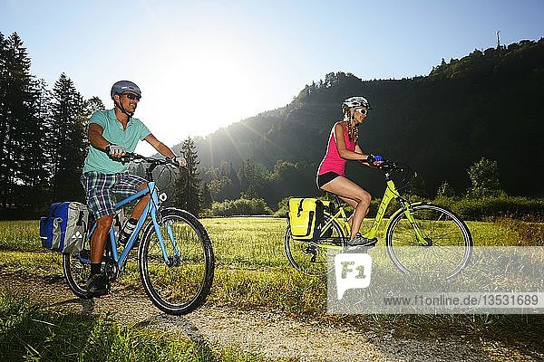 Zwei Radfahrer auf Schotterweg  Chiemgau  Oberbayern  Deutschland  Europa