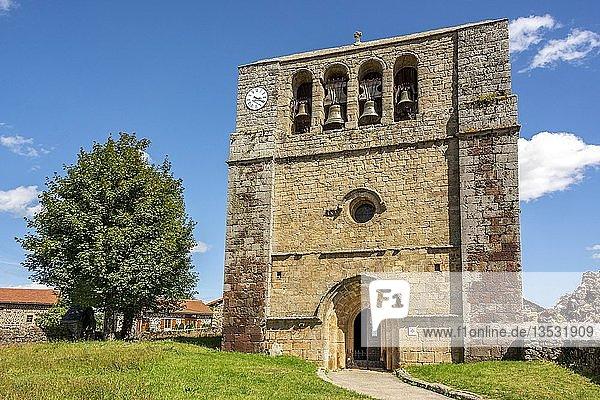 Kirche des Dorfes Saint Paul de Tartas mit Glockengiebel  Departement Haute Loire  Auvergne Rhone Alpes  Frankreich  Europa