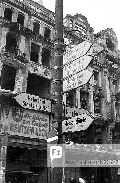 Leipziger Messe  Messewegweiser vor Ruinen  1949  Markt  Leipzig  Sachsen  DDR  Deutschland  Europa