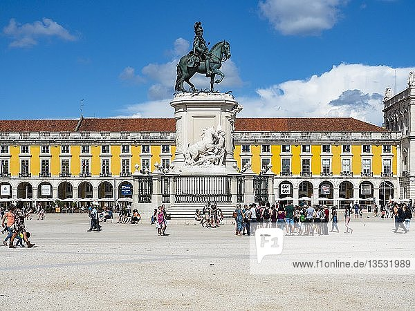 Platz des Handels  Praça do Comercio  Triumphbogen Arco da Rua Augusta  Reiterstandbild König Jose I.  Baixa  Lissabon  Portugal  Europa