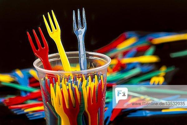 Plastikbesteck  Einwegbesteck  Pommesgabeln  Plastikmüll  verschiedene Farben