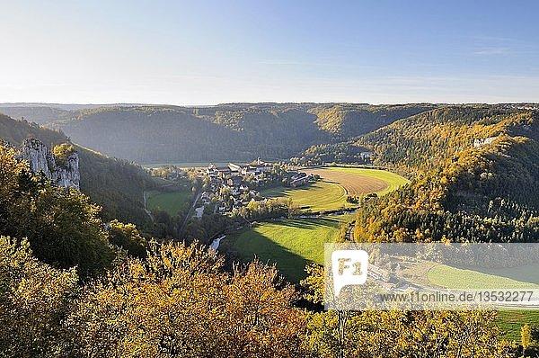 Blick vom Jägerfelsen in das herbstliche Donautal mit der Ortschaft Beuron und dem Benedektiner Kloster  Landkreis Sigmaringen  Baden-Württemberg  Deutschland  Europa