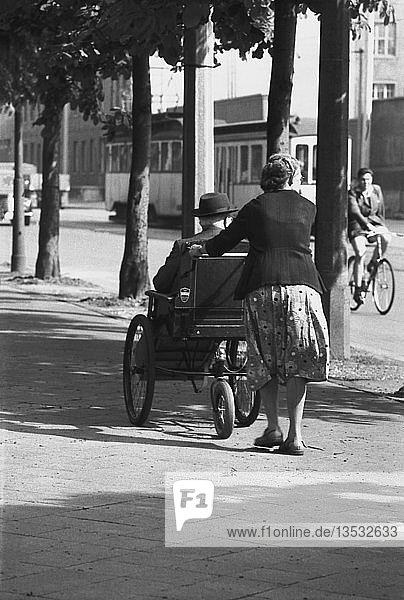 Frau schiebt Mann im Rollstuhl  1961  Prager Straße  Leipzig  Sachsen  DDR  Deutschland  Europa