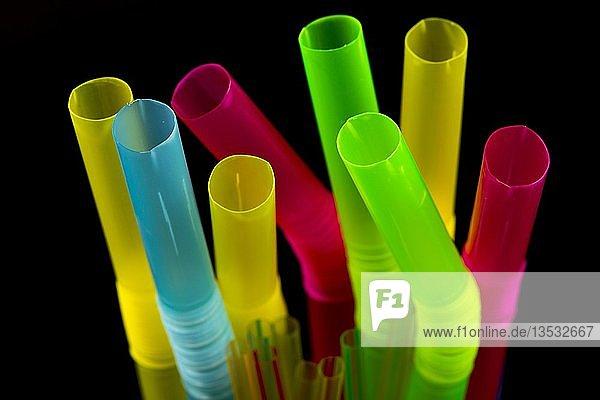 Trinkhalme aus Plastik  Plastikmüll  verschiedene Farben und Größen