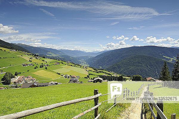 Wanderweg und Streusiedlung der Gemeinde Meransen  Pustertal  Südtirol  Italien  Europa