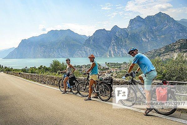 Fahrradfahrer auf der Via Europa  Radtour  Alpenüberquerung  Via Claudia Augusta  Blick auf Turbel  Torbole  Gardasee  Trentino  Italien  Europa