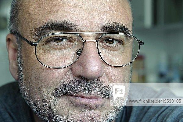 Senior mit Brille blickt freundlich  Porträt