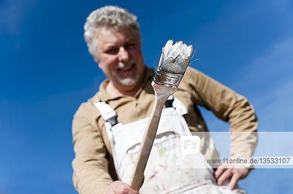 Handwerker mit einem Malerpinsel in der Hand