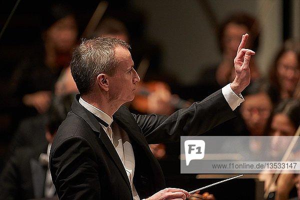 Dirigent Garry Walker dirigiert das Staatsorchester  Rheinische Philharmonie  Koblenz  Rheinland-Pfalz  Deutschland  Europa