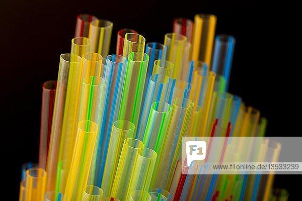 Kunststoff Trinkhalme  Plastikmüll  verschiedene Farben und Größen