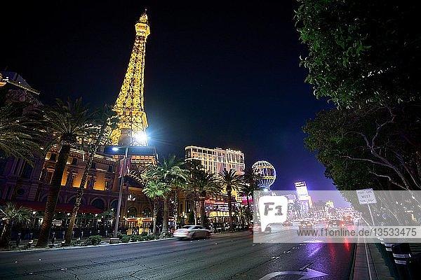 Beleuchtetes Paris Las Vegas Hotel und Casino bei Nacht  mit nachgebauten Eiffelturm  Nachtaufnahme  The Strip  Las Vegas Strip  Las Vegas Boulevard  Las Vegas  Nevada  USA  Nordamerika