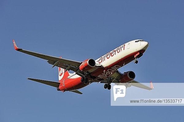 Boeing 737 8BK der Airline Air Berlin beim Landeanflug zum Flughafen Zürich  Schweiz  Europa