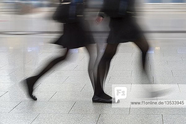 Bewegte Beine einer Person in Eile  Düsseldorf  Nordrhein-Westfalen  Deutschland  Europa