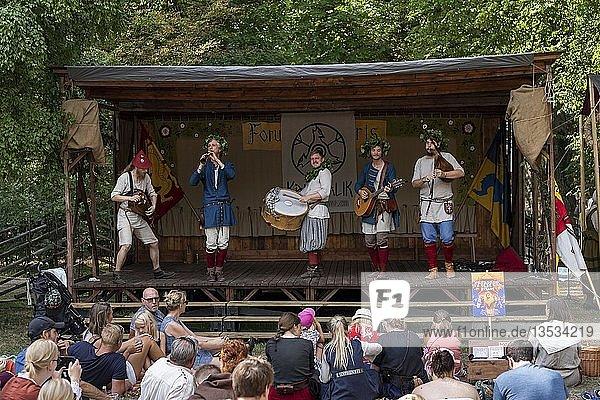 Musiker in mittelalterlicher Tracht auf einer Bühne  Mittelalterwoche  Visby  Insel Gotland  Schweden  Europa