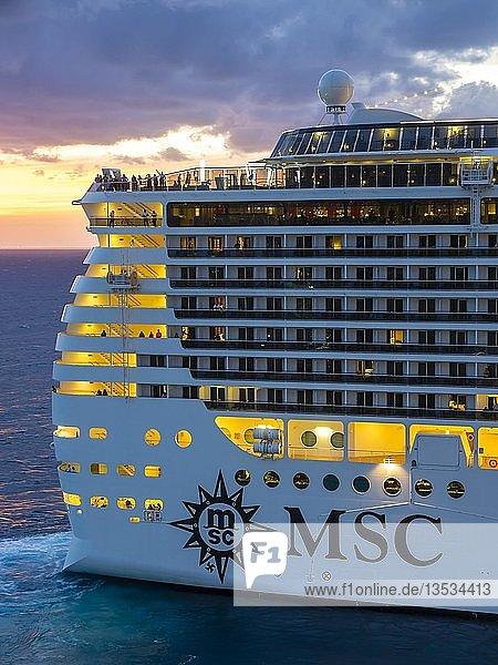 Kreuzfahrtschiff MSC Divina  bei Sonnenuntergang  Abfahrt  San Miguel de Cozumel  Cozumel  Quintana Roo  Halbinsel Yucatan  Mexico