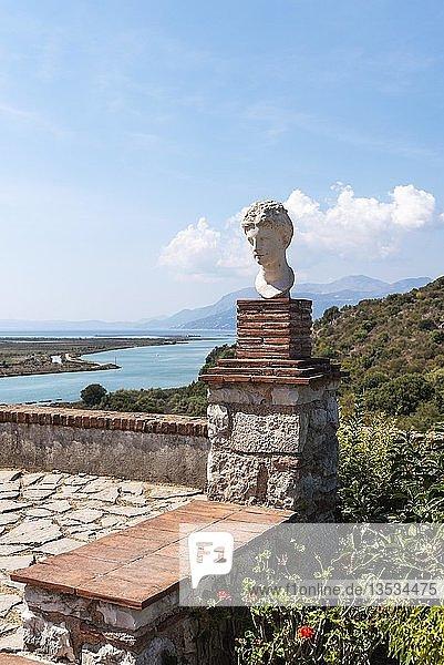 Büste des Apollo  Venezianische Burg  hinten Vivar-Kanal  antike Stadt Butrint  Nationalpark Butrint  Saranda  Albanien  Europa
