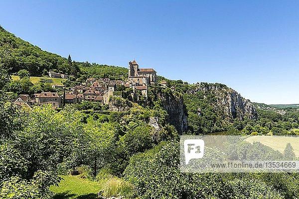 Fluss Lot und Saint-Cirq-Lapopie Dorf auf Santiago de Compostela Pilgerweg  Les Plus Beaux Villages de France oder Die schönsten Dörfer Frankreichs  Lot  Occitanie  Frankreich  Europa