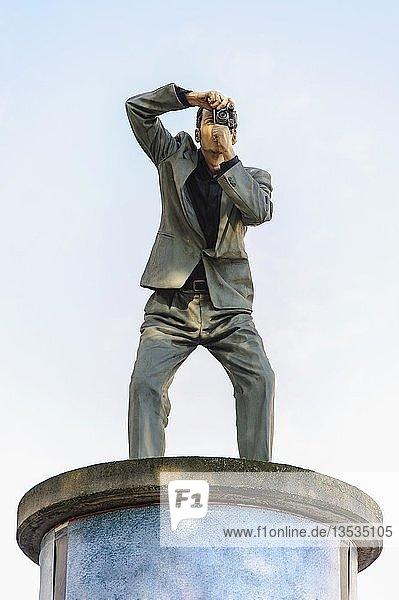 Skulptur eines fotografierenden Mannes auf einer Litfaßsäule  Düsseldorf  Nordrhein-Westfalen  Deutschland  Europa