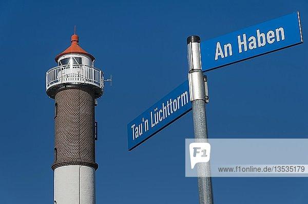 Leuchtturm Timmendorf mit Straßenschildern  Timmendorf  Insel Poel  Mecklenburg-Vorpommern  Deutschland  Europa