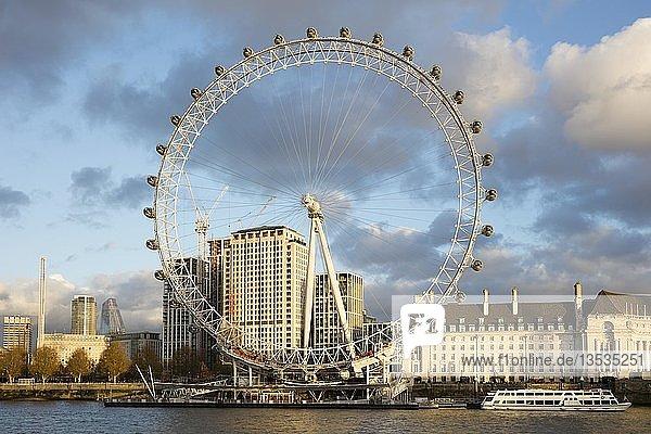 County Hall  London Eye  Riesenrad  Themse  London  England  Großbritannien  Europa