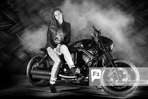 Frau mit Lederjacke sitzt auf einem Motorrad  Harley Davidson  monochrom  Deutschland  Europa