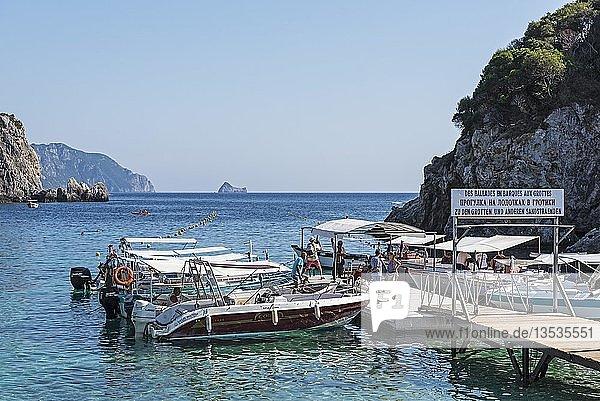 Ausflugsboote  Bootsanlegesteg  Badeort Paleokastritsa  Küste  Mittelmeer  Insel Korfu  Ionische Inseln  Griechenland  Europa