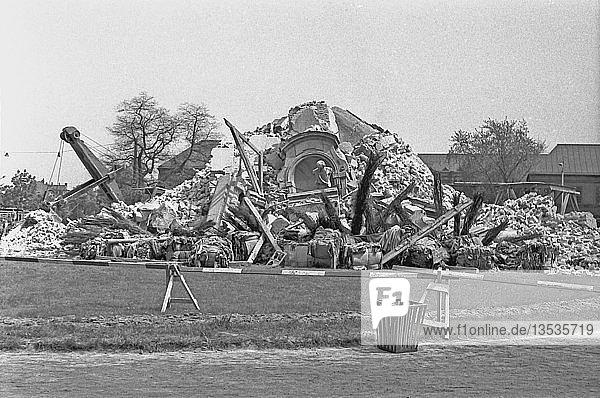 Reste des gesprengten Turmes der Johanniskirche  1963  Johannisplatz  Leipzig  Sachsen  DDR  Deutschland  Europa