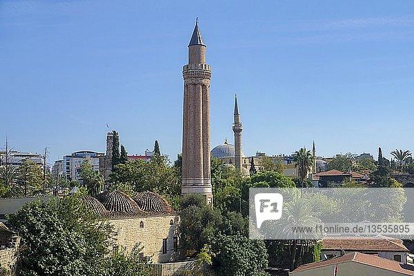 Blick auf das Yivli Minarett  dahinter Saat Kulesi  Uhrenturm und die Tekeli Mehmet Pasa Moschee  Kaleici  Altstadt von Antalya  türkische Riviera  Türkei  Asien
