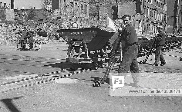 Beseitigung der Trümmer und Bergung von Baumaterialien  Wagen auf den Straßenbahnschienen  1954  Leipzig  Sachsen  DDR  Deutschland  Europa