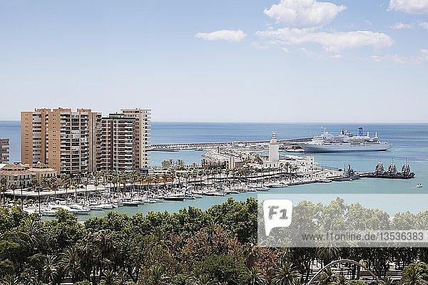 Leuchtturm  Kreuzfahrtschiff  Hafen  Málaga  Costa del Sol  Andalusien  Spanien  Europa