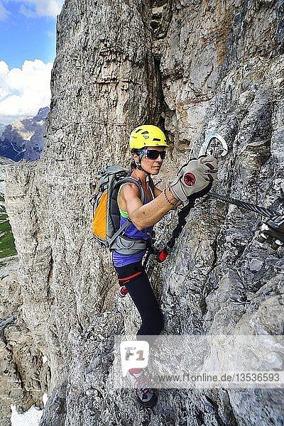 Kletterin im Leitersteig am Toblinger Knoten  Sextener Dolomiten  Hochpustertal  Südtirol  Italien  Europa