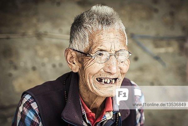 Mann mit wenig Zähnen  Exil Tibeter  Pokhara  Kathmandu Tal  Nepal  Asien Mann mit wenig Zähnen, Exil Tibeter, Pokhara, Kathmandu Tal, Nepal, Asien