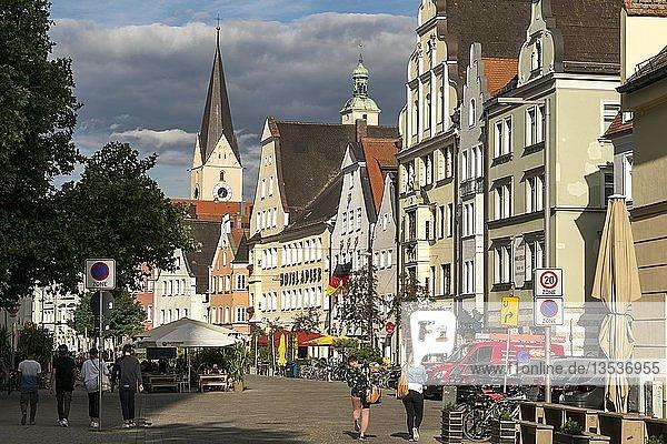 Theresienstrasse in der Altstadt mit Turm Kirche St. Moritz  Ingolstadt  Oberbayern  Bayern  Deutschland  Europa