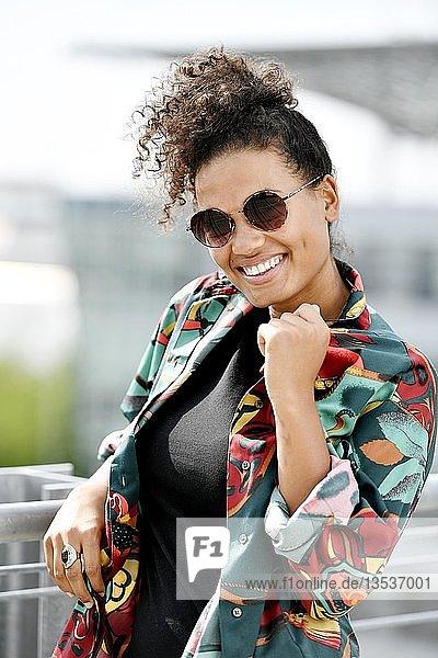 Junge Frau  Fashion  Fotoshooting  Portrait  Flughafen München  Oberbayern  Bayern  Deutschland  Europa