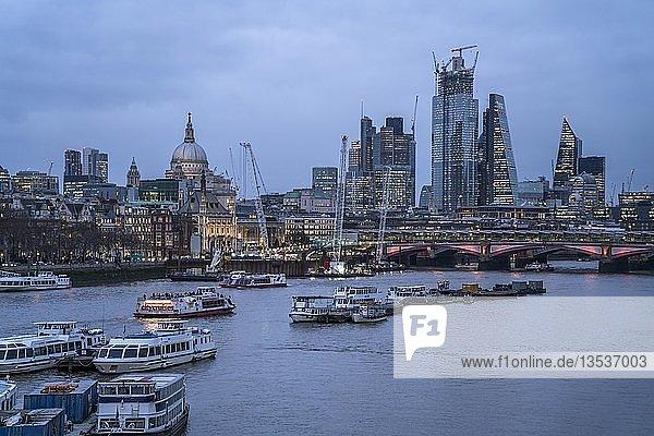 Skyline mit Themse in der Abenddämmerung  London  Großbritannien  Europa
