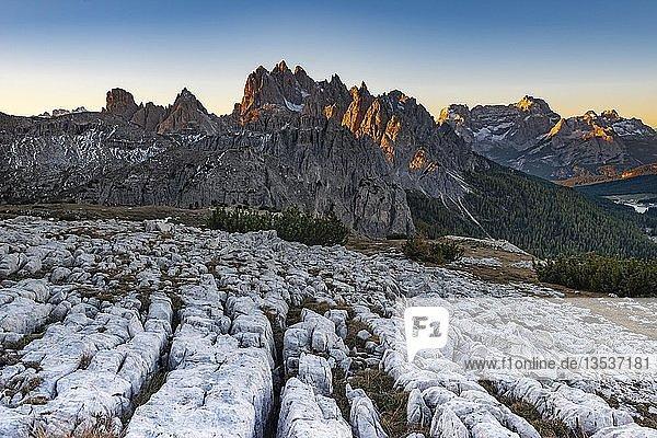 Karstgebirge  Dolomiten mit erstem Sonnenlicht  Südtirol  Italien  Europa