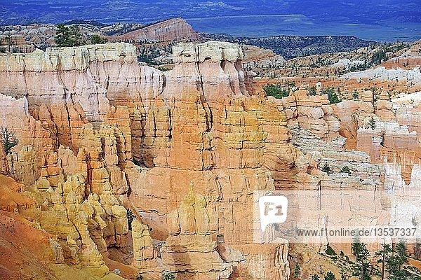 Felsformationen und Hoodoos im Abendlicht  Bryce Canyon Nationalpark  Sunset Point  Utah  USA  Amerika  Nordamerika