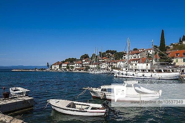 Weiße Fischerboote im Hafen von Solta  Kroatien  Europa