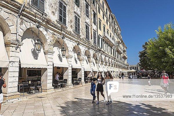 Straßencafes  Esplanade  Liston-Arkaden  Altstadt  Kerkyra  Insel Korfu  Ionische Inseln  Griechenland  Europa