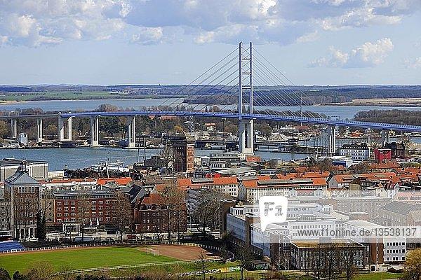 Neue Rügendammbrücke über den Strelasund zur Insel Rügen  Stralsund  Unesco Weltkulturerbe  Mecklenburg-Vorpommern  Deutschland  Europa  ÖffentlicherGrund  Europa