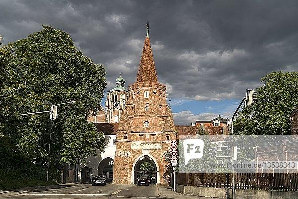 Wahrzeichen Kreuztor und Liebfrauenmünster  Ingolstadt  Oberbayern  Bayern  Deutschland  Europa