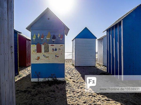 Bunte Strandkabinen in Saint-Denis-d'Oléron  Insel Oleron  Charente-Maritime  Nouvelle-Aquitaine  Frankreich  Europa