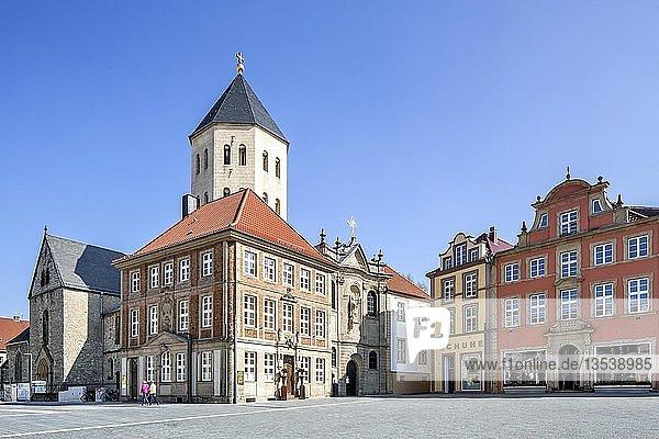 Gaukirche St. Ulrich und historische Bürgerhäuser am Markt  Paderborn  Ostwestfalen  Nordrhein-Westfalen  Deutschland  Europa