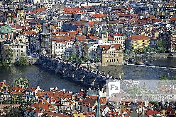 Blick über die Altstadt mit der Karlsbrücke  UNESCO-Weltkulturerbe  Prag  Tschechien oder Tschechische Republik  Europa